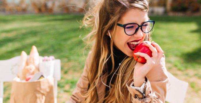 Ragazza che mangia mela